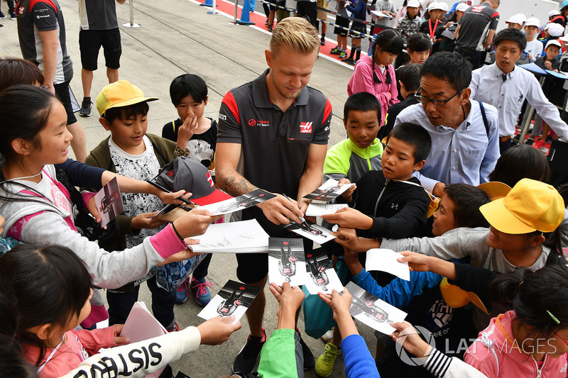 Kevin Magnussen, Haas F1, signs autographs for the fans
