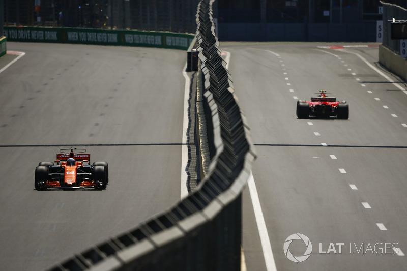 Fernando Alonso, McLaren MCL32, Kimi Raikkonen, Ferrari SF70H