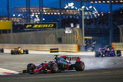 Romain Grosjean, Haas F1 Team VF-17; Carlos Sainz Jr., Toro Rosso STR12