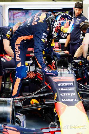 Daniel Ricciardo, Red Bull Racing, entre dans son cockpit avec le Halo