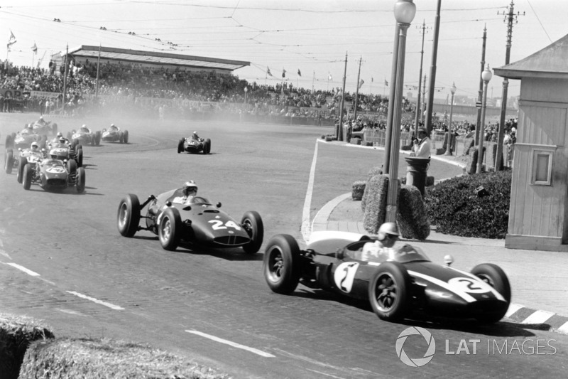 Jack Brabham, Cooper T53-Climax, lidera a Dan Gurney, BRM P48, John Surtees, Lotus 18-Climax y Stirling Moss, Lotus 18-Climax
