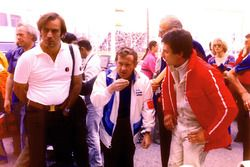 Giorgio Piola, Alan Rees, Shadow Racing team principal and Riccardo Patrese in 1977