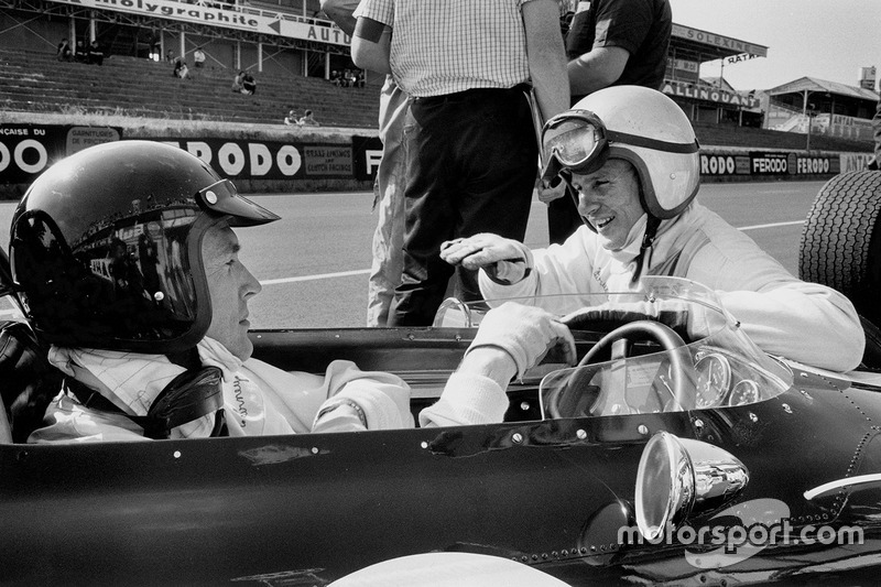 Dan Gurney, Eagle AAR104 Weslake in the pitlane talking to teammate Bruce McLaren, Eagle AAR102 Weslake