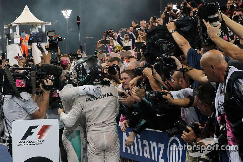 Il vincitore della gara Lewis Hamilton, Mercedes AMG F1 festeggia con il secondo classificato e Campione del Mondo Nico Rosberg, Mercedes AMG F1 nel parco chiuso