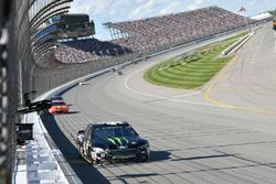 Kurt Busch, Stewart-Haas Racing Ford, Jamie McMurray, Chip Ganassi Racing Chevrolet
