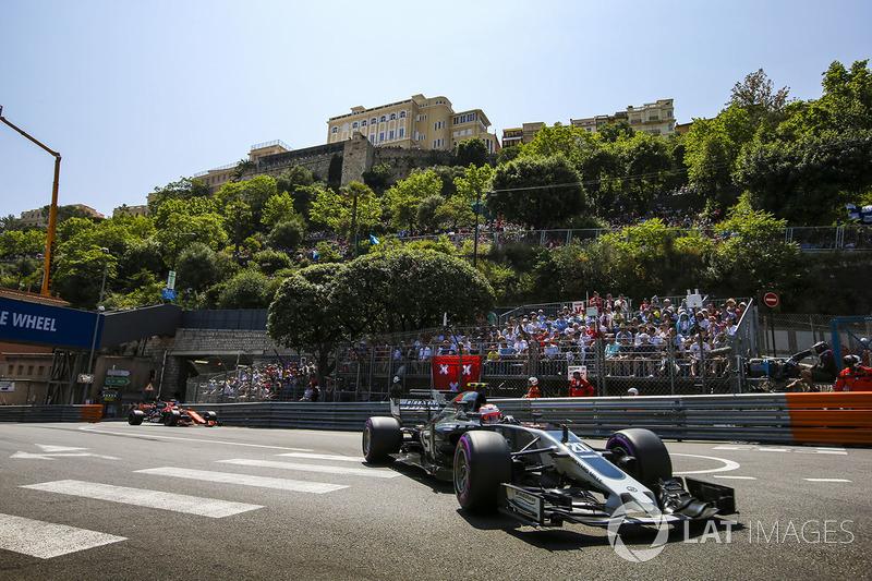 Kevin Magnussen, Haas F1 Team VF-17, Jenson Button, McLaren MCL32