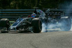 Romain Grosjean, Haas F1 Team VF-17 bloquea en la frenada