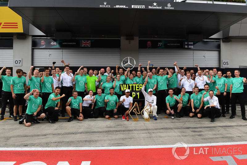 Race winner Valtteri Bottas, Mercedes AMG F1 celebrates, Lewis Hamilton, Mercedes AMG F1, the team
