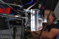Scuderia Toro Rosso STR12, freno anteriore e dettaglio del mozzo