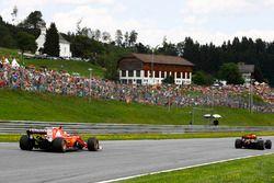 Sebastian Vettel, Ferrari SF70H, achter Daniel Ricciardo, Red Bull Racing RB13