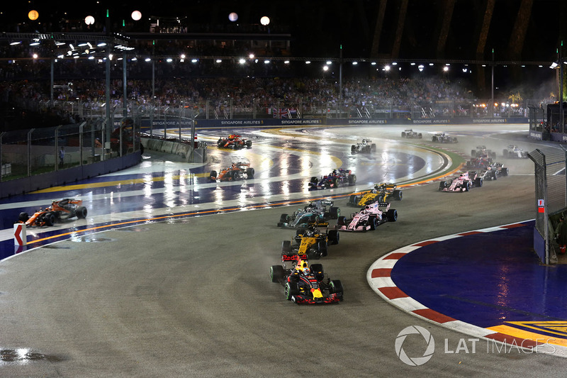 Stoffel Vandoorne, McLaren MCL32 runs wide and the cars of Kimi Raikkonen, Ferrari SF70H and Max Verstappen, Red Bull Racing RB13 crash after colliding at the start of the race