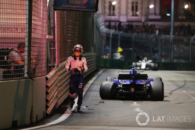 Il ritirato Marcus Ericsson, Sauber C36 torna ai box dopo l'incidente