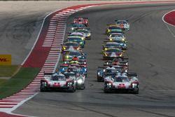 Старт гонки, лидирует экипаж №1 команды Porsche Team, Porsche 919 Hybrid: Нил Джани, Андре Лоттерер