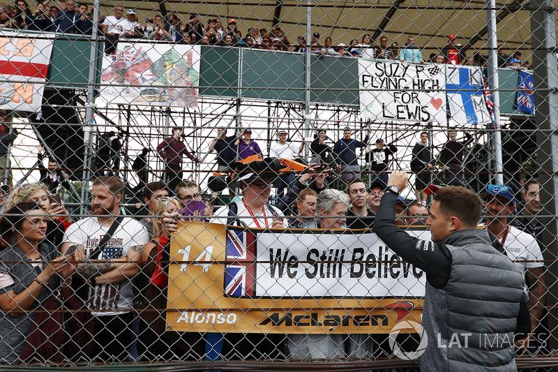 Stoffel Vandoorne, McLaren, waves to fans