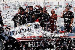 Podio: Ganador de la carrera Helio Castroneves, Team Penske Chevrolet