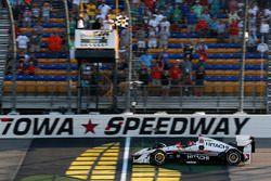 Helio Castroneves, Team Penske Chevrolet takes the checkered flag
