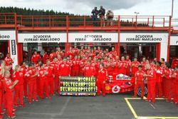 Michael Schumacher, Ferrari F2004 fête avec son équipe son 7e titre mondial