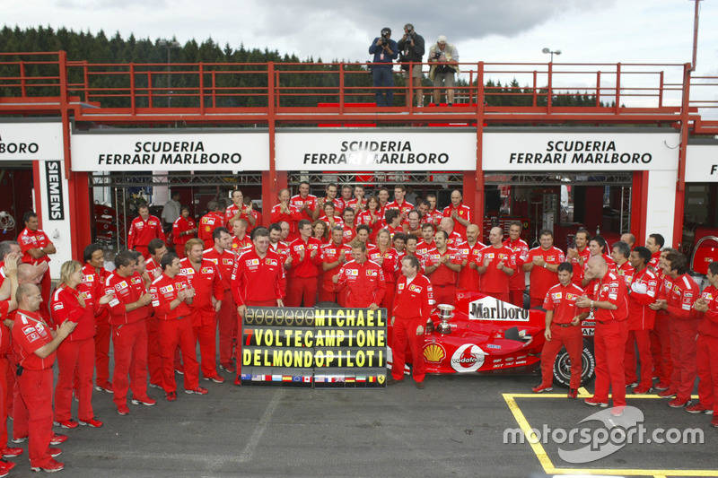 Michael Schumacher, Ferrari F2004, takım ile 7. Dünya Şampiyonluğunu kutluyor