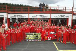 Гонщик Ferrari Михаэль Шумахер отмечает с командой свой седьмой чемпионский титул