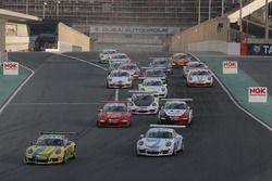 تشارلي فرينز يحرز الفوز بالسباق الثاني في دبي، بورشه جي تي 3 الشرق الأوسط