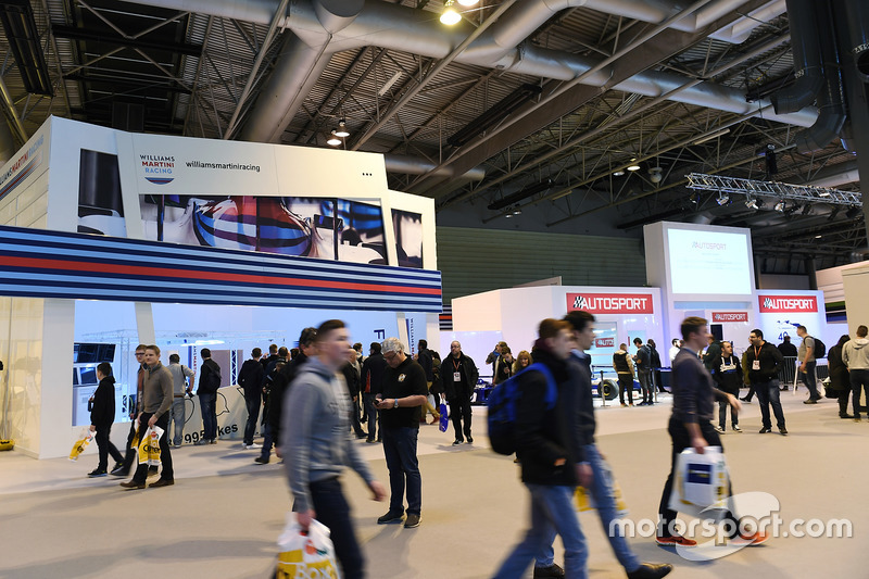 Aficionados pasan por el display de Martini Williams Racing