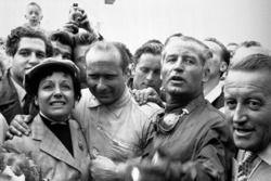 Le vainqueur Juan Manuel Fangio avec sa femme et Karl Kling, Mercedes