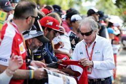 Jackie Stewart, firma autógrafos para los fans