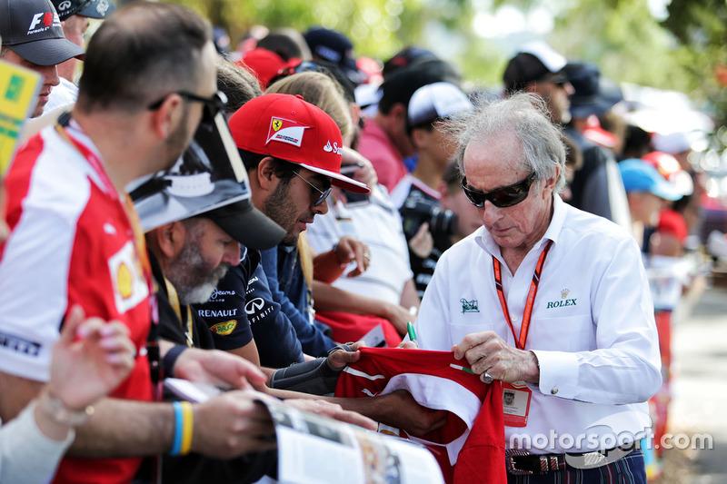 Jackie Stewart schreibt Autogramme