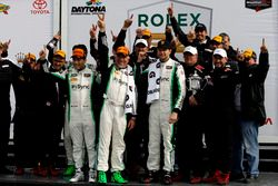 Les vainqueurs du GTD: #28 Alegra Motorsports Porsche 911 GT3 R: Daniel Morad, Jesse Lazare, Carlos de Quesada, Michael de Quesada, Michael Christensen with the team