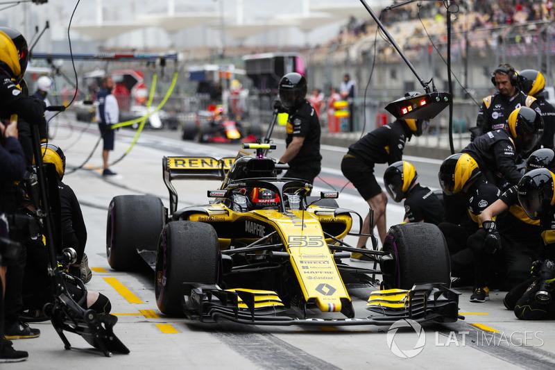 Carlos Sainz Jr., Renault Sport F1 Team R.S. 18, effettua un pit stop durante le prove
