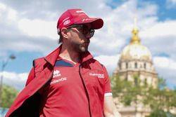 Nick Heidfeld, Mahindra Racing, cammina lungo il circuito
