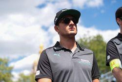 Mitch Evans, Jaguar Racing, caminando por la pista