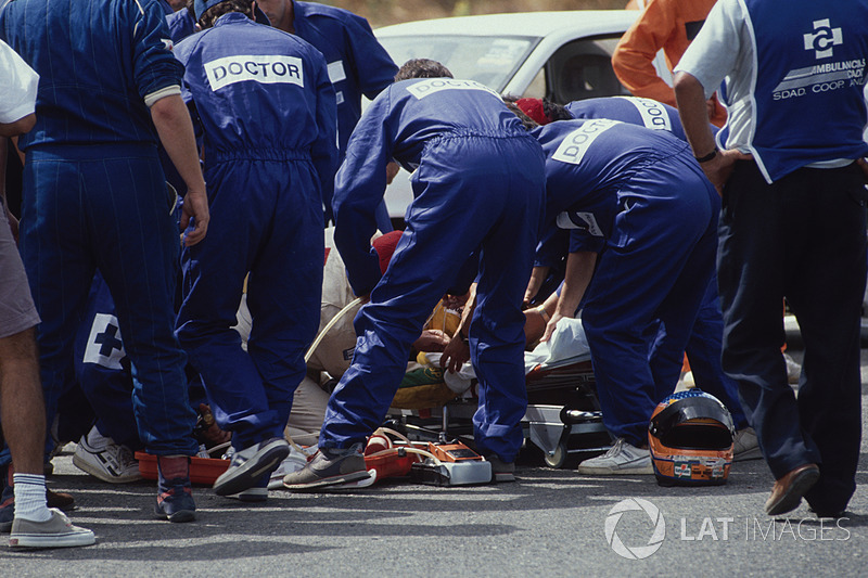 Il personale medico presta soccorso a Martin Donnelly, Team Lotus, dopo un tremendo incidente