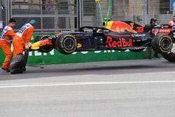 La Red Bull Racing RB14 accidentée de Max Verstappen est dépannée