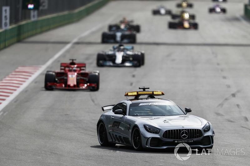La Safety Car precede Sebastian Vettel, Ferrari SF71H, Lewis Hamilton, Mercedes AMG F1 W09, e Valtteri Bottas, Mercedes AMG F1 W09