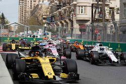 Carlos Sainz Jr., Renault Sport F1 Team R.S. 18 en Lance Stroll, Williams FW41 bij de start