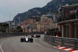 Marcus Ericsson, Sauber C37, devant Sergio Perez, Force India VJM11