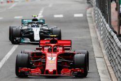 Kimi Raikkonen, Ferrari SF71H, y Valtteri Bottas, Mercedes AMG F1 W09