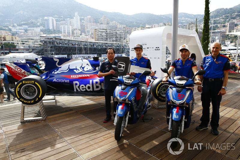 Toyoharu Tanabe, F1 Technical Director, Honda, Brendon Hartley, Toro Rosso, Pierre Gasly, Toro Rosso, Franz Tost