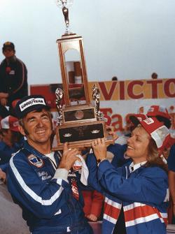 Ganador de la carrera Bobby Allison