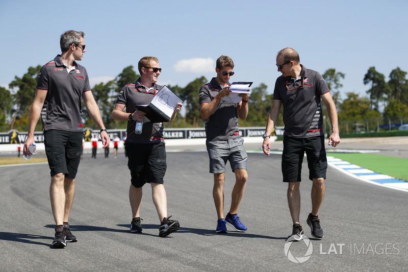 Romain Grosjean, Haas F1 Team, marche sur la piste