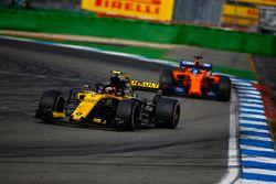 Карлос Сайнс, Renault Sport F1 Team RS18, и Фернандо Алонсо, McLaren MCL33