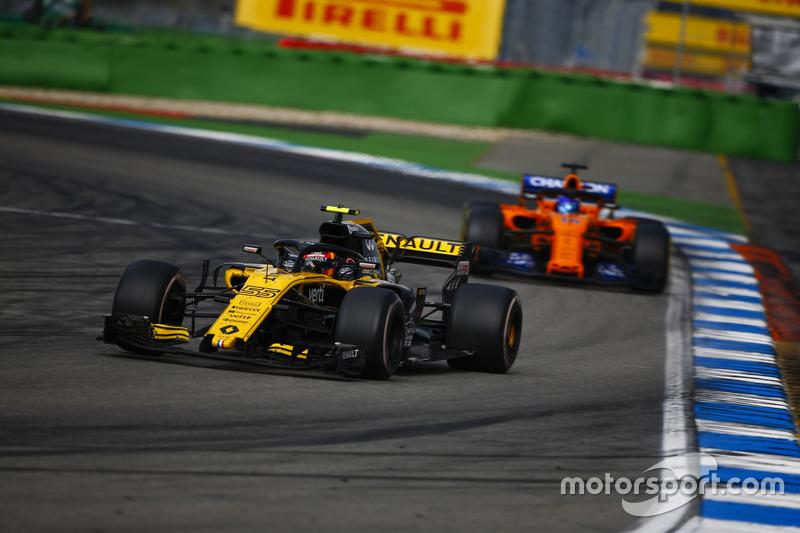 Carlos Sainz Jr., Renault Sport F1 Team R.S. 18, za nim Fernando Alonso, McLaren MCL33
