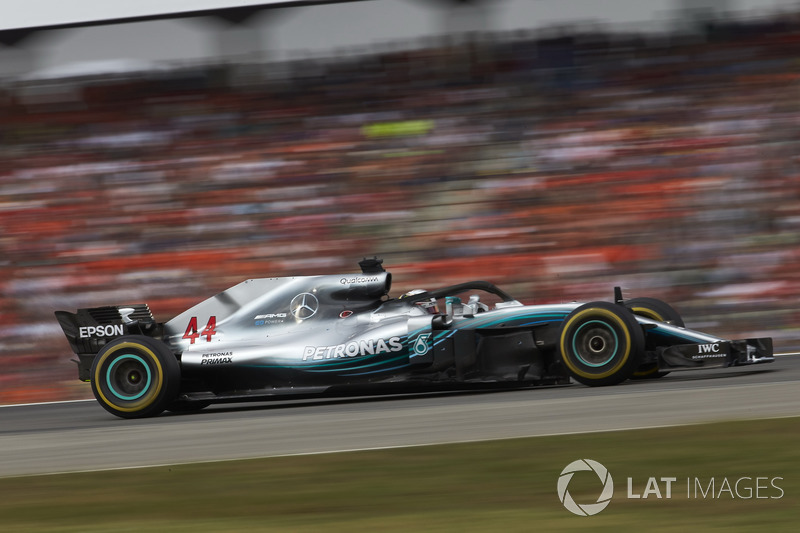 Mercedes опасается штрафа и требует от Хэмилтона атаковать до самого финиша