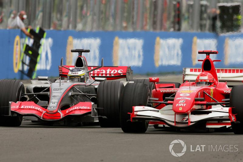 Pedro de la Rosa, McLaren Mercedes MP4-21 en lutte avec Michael Schumacher, Ferrari 248 F1