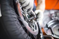 Механики меняют тормозные диски