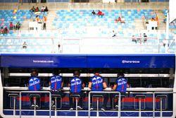 Membri de team Toro Rosso al muretto box