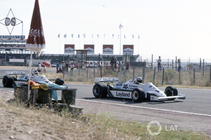 Лаффит проиграл старт, потеряв несколько позиций, Джонс повел гонку, преследуемый партнером по Williams