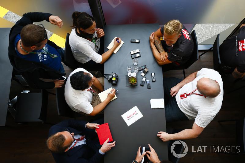 Kevin Magnussen, Haas F1 Team, parla con i media