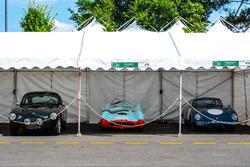 Alineación de coches de época en el garaje